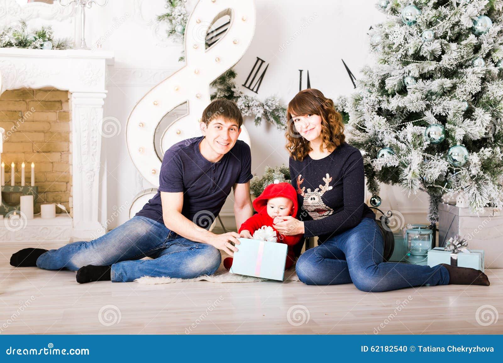 Julfamiljen med behandla som ett barn öppningsgåvor Lyckligt