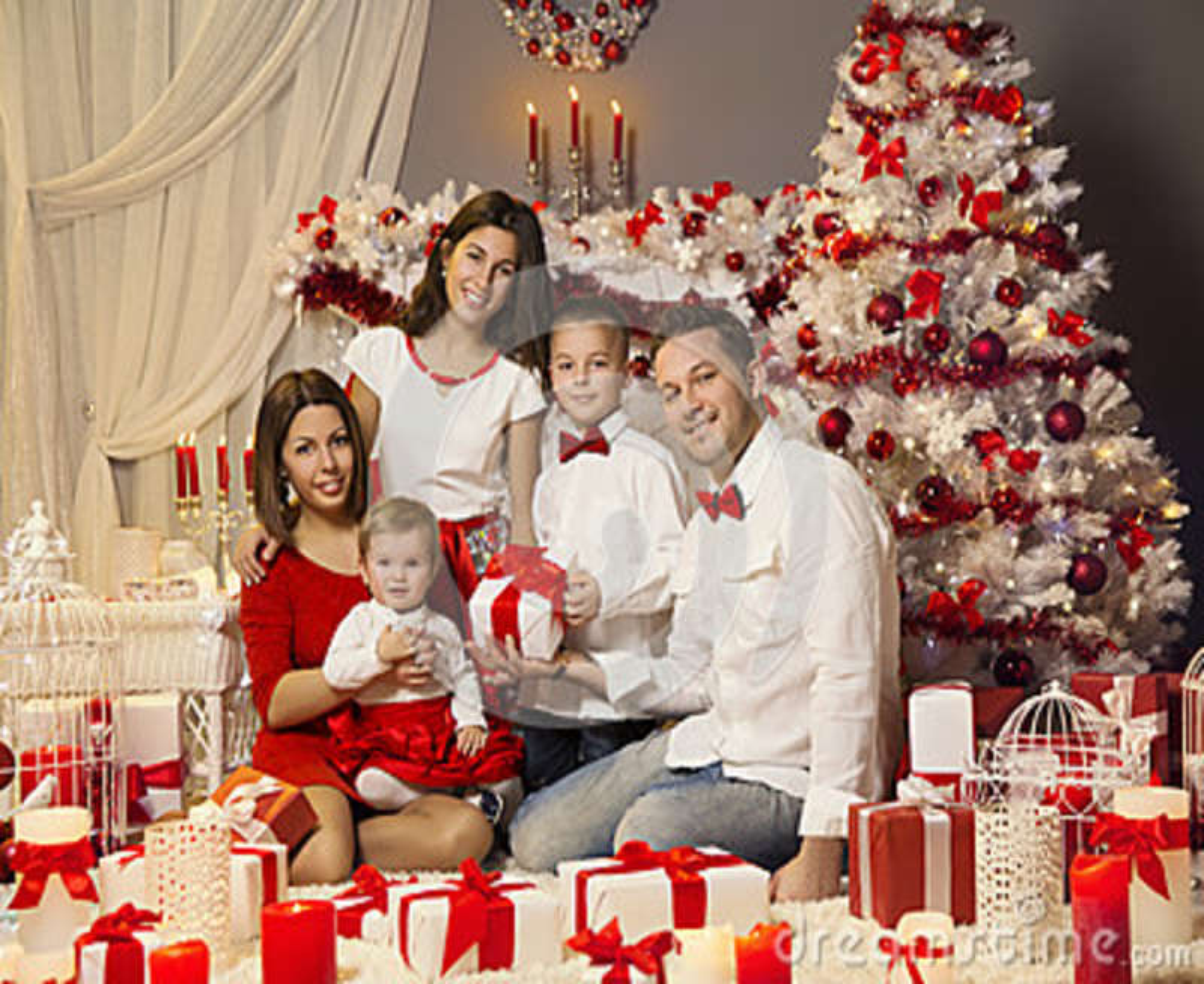 Julfamiljstående som firar Xmas-ferie, närvarande gåvor