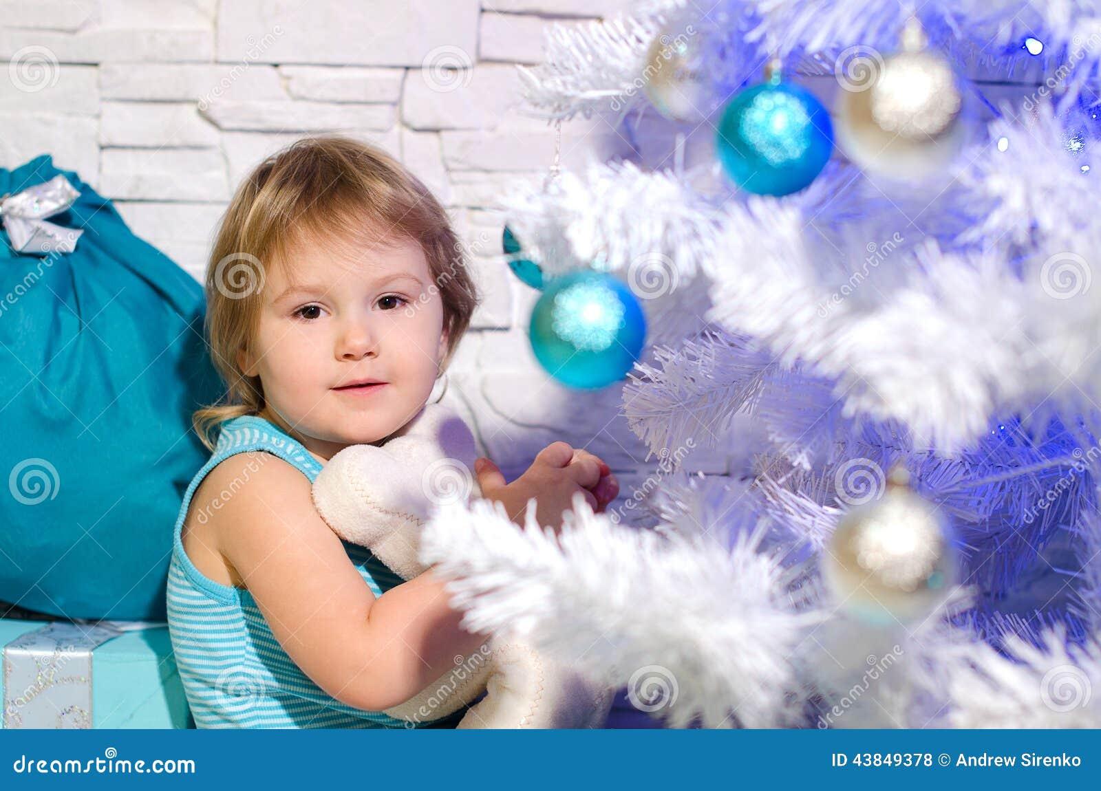 Julflicka nära tree
