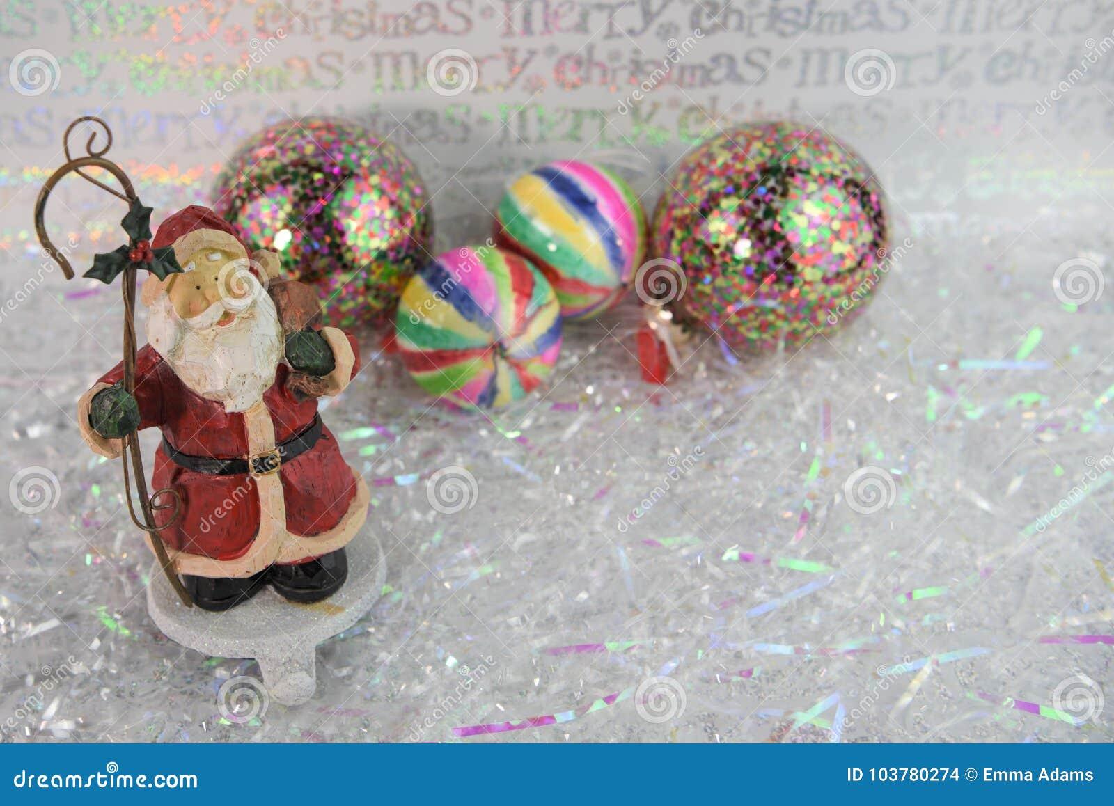 Julfotografibild av hållaren för Santa Claus prydnadstrumpa och ljusa kulöra trädgarneringar i bakgrund