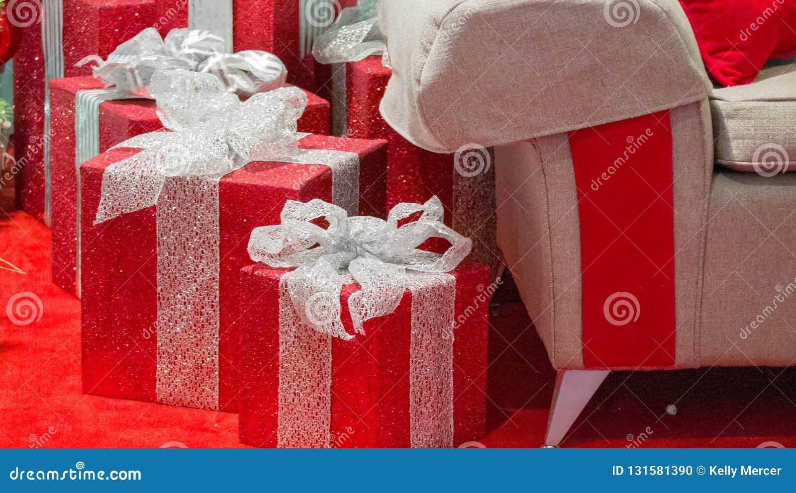 JulgåvaCloseup med jultomten stol i rätt AV ramen