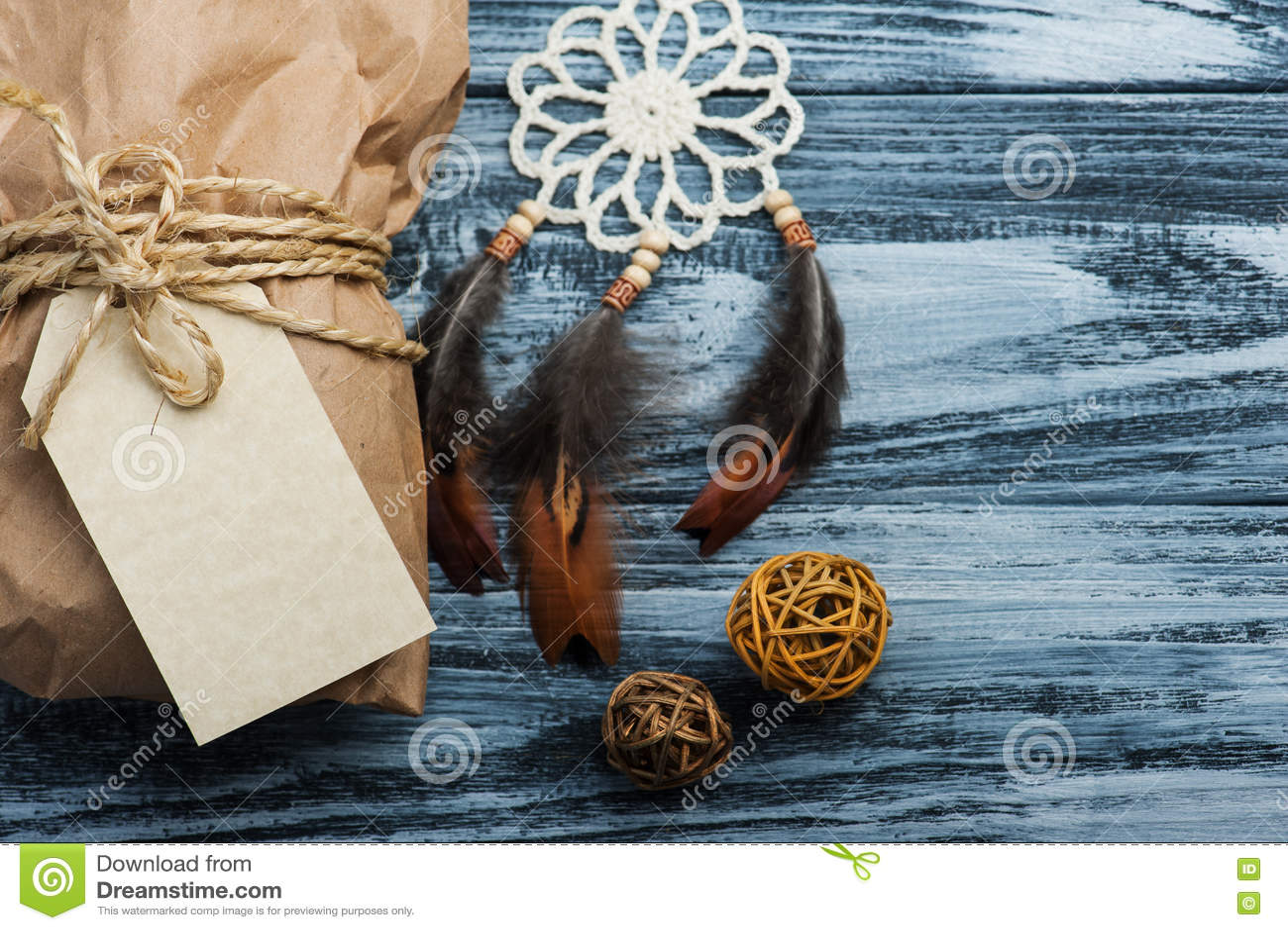 Julgåvor på träbakgrund