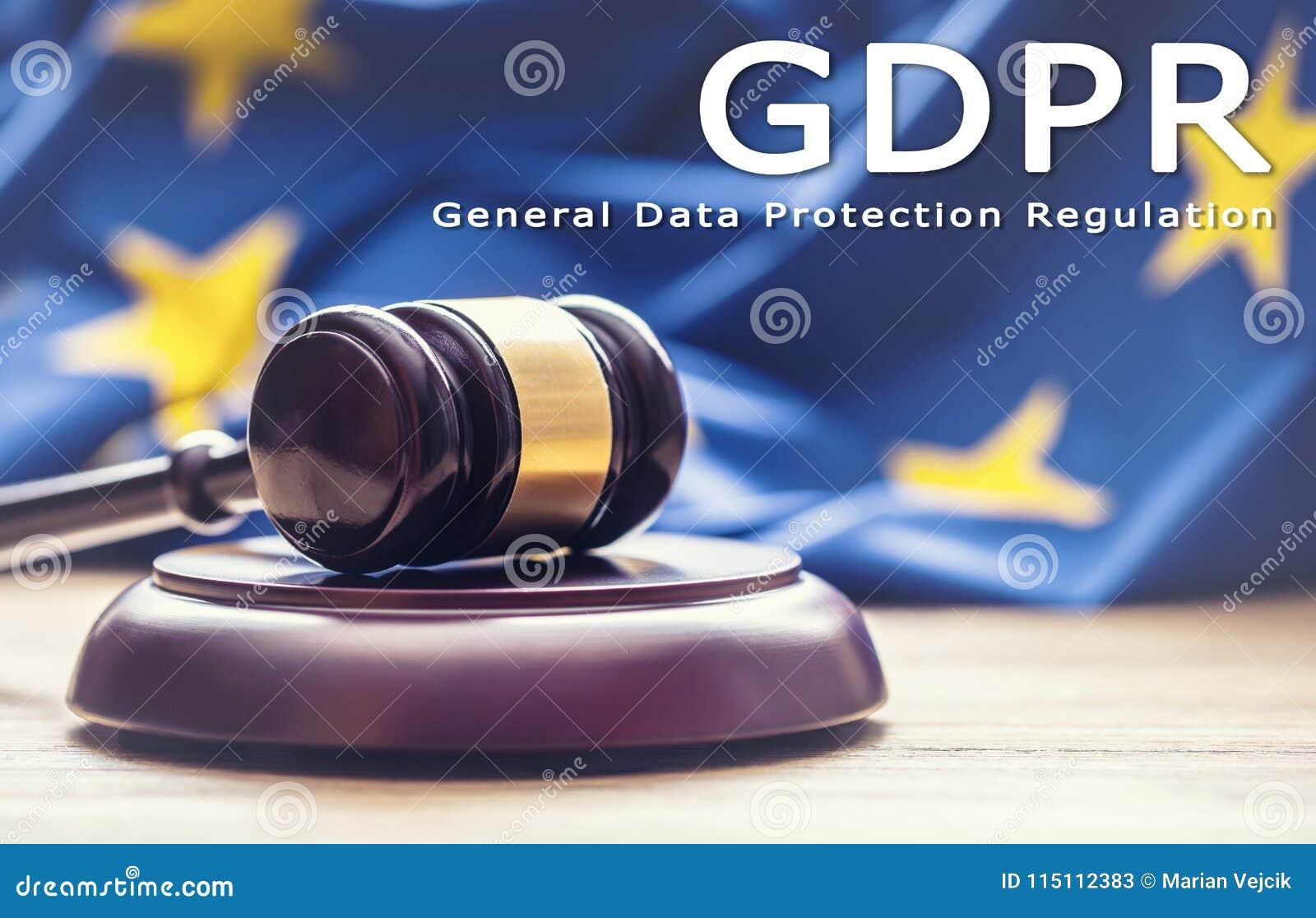 Julga o martelo de madeira com a bandeira da UE no fundo com GDP do texto