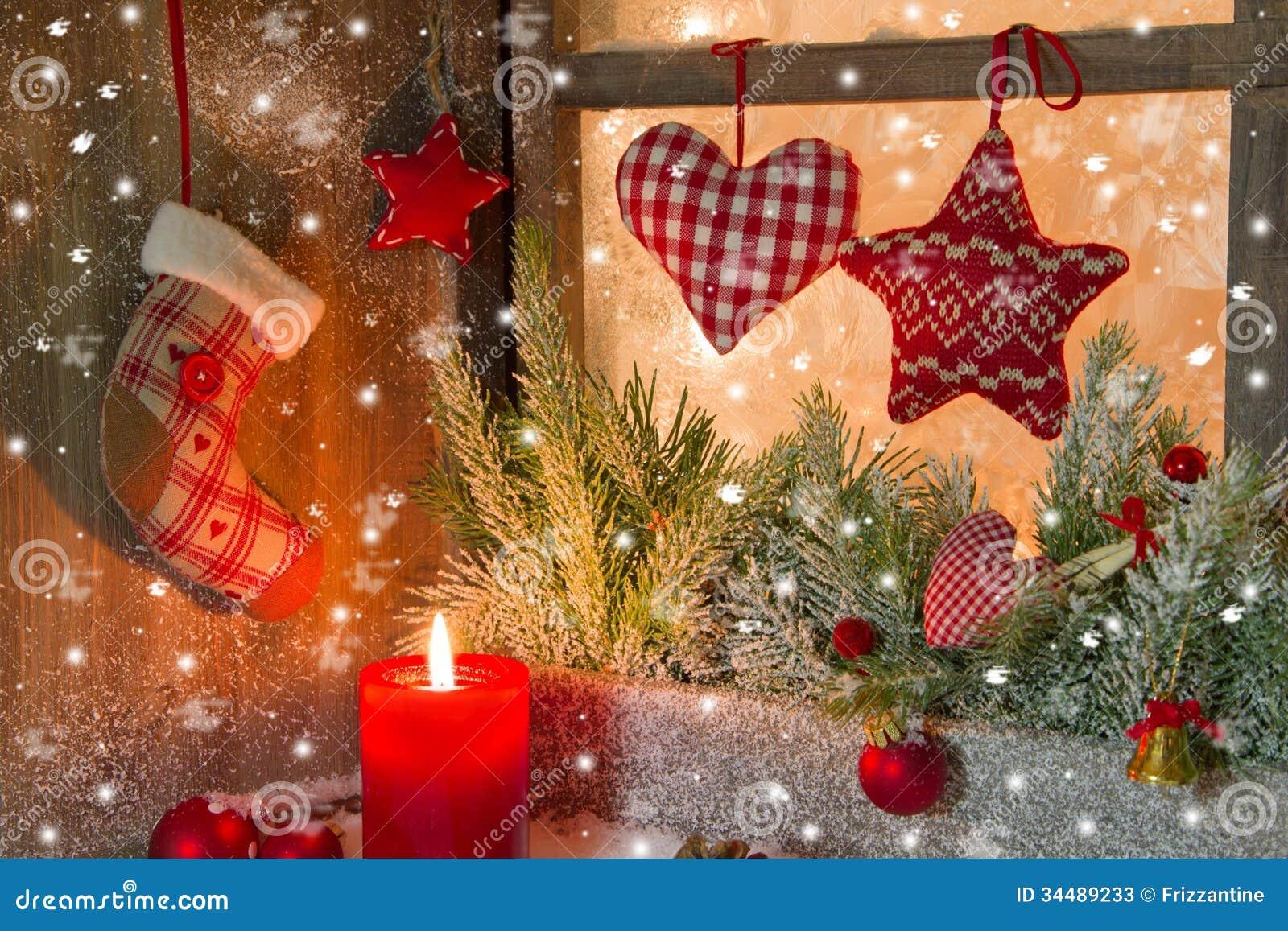 Julgarnering med den röda stearinljuset och hjärtor