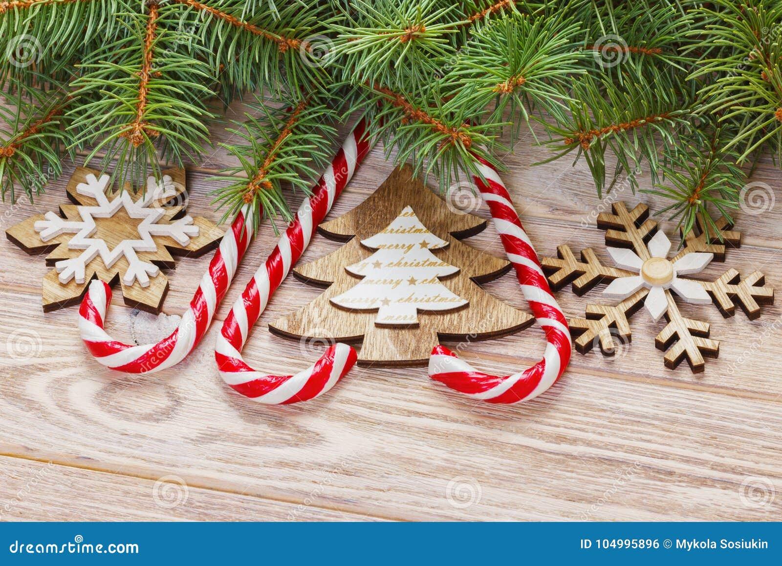Julgodisrottingar och snöflingor på en träbakgrund