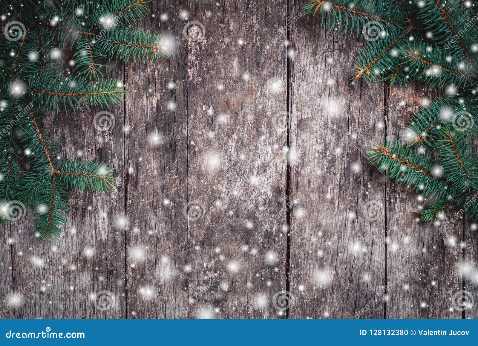Julgran förgrena sig på träbakgrund Sammansättning för Xmas och för lyckligt nytt år