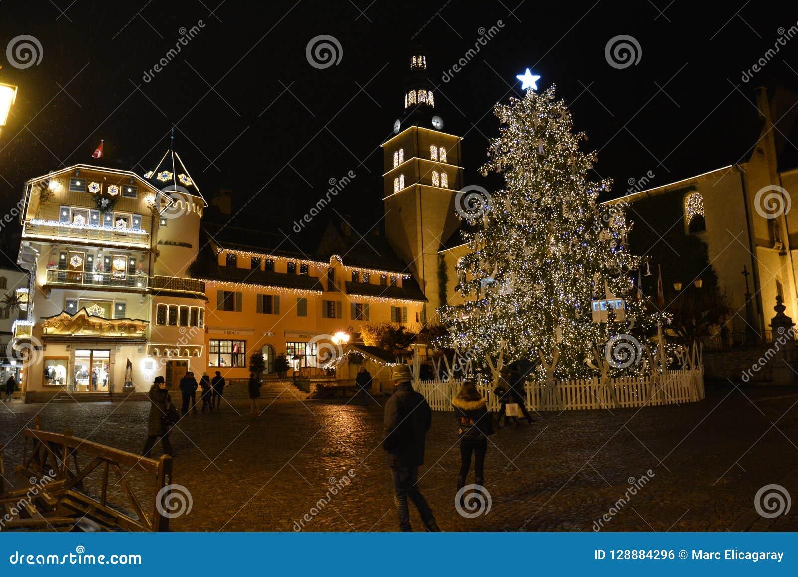 Julgran i en liten by i de franska fjällängarna