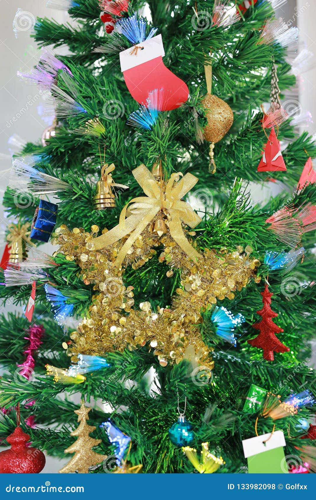 Julgran med dekorativa objekt för bakgrund för Xmas-tid- och vintersäsong