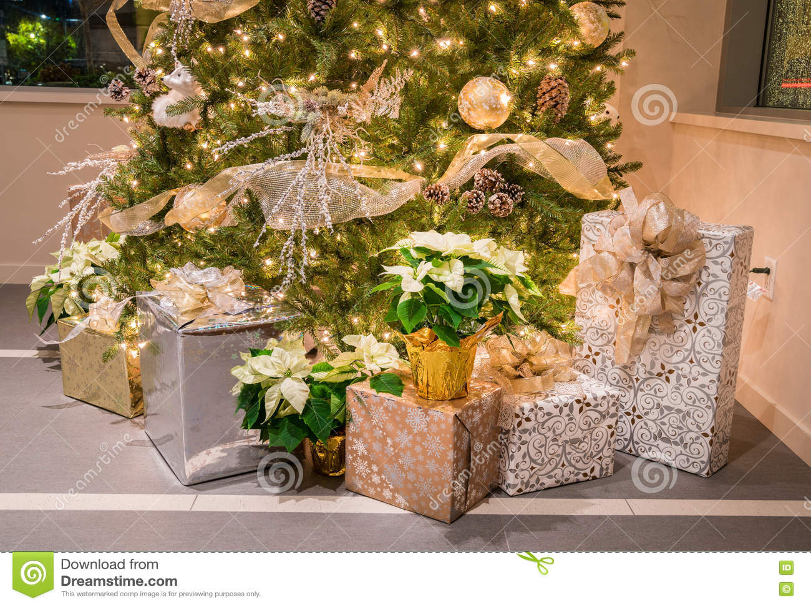 Julgran med presents