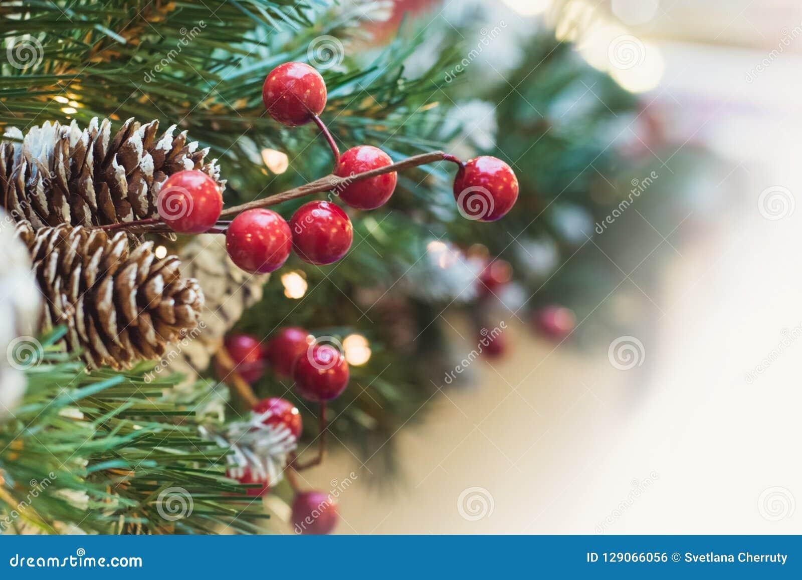 Julgran med röda bär och kotte som dekoren xmas close upp