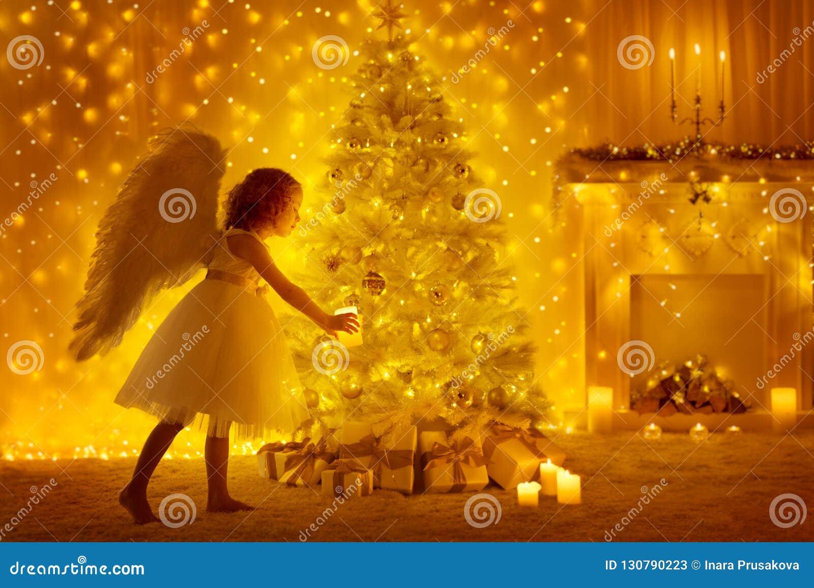 Julgran och Angel Child med stearinljuset, flickan och gåvor