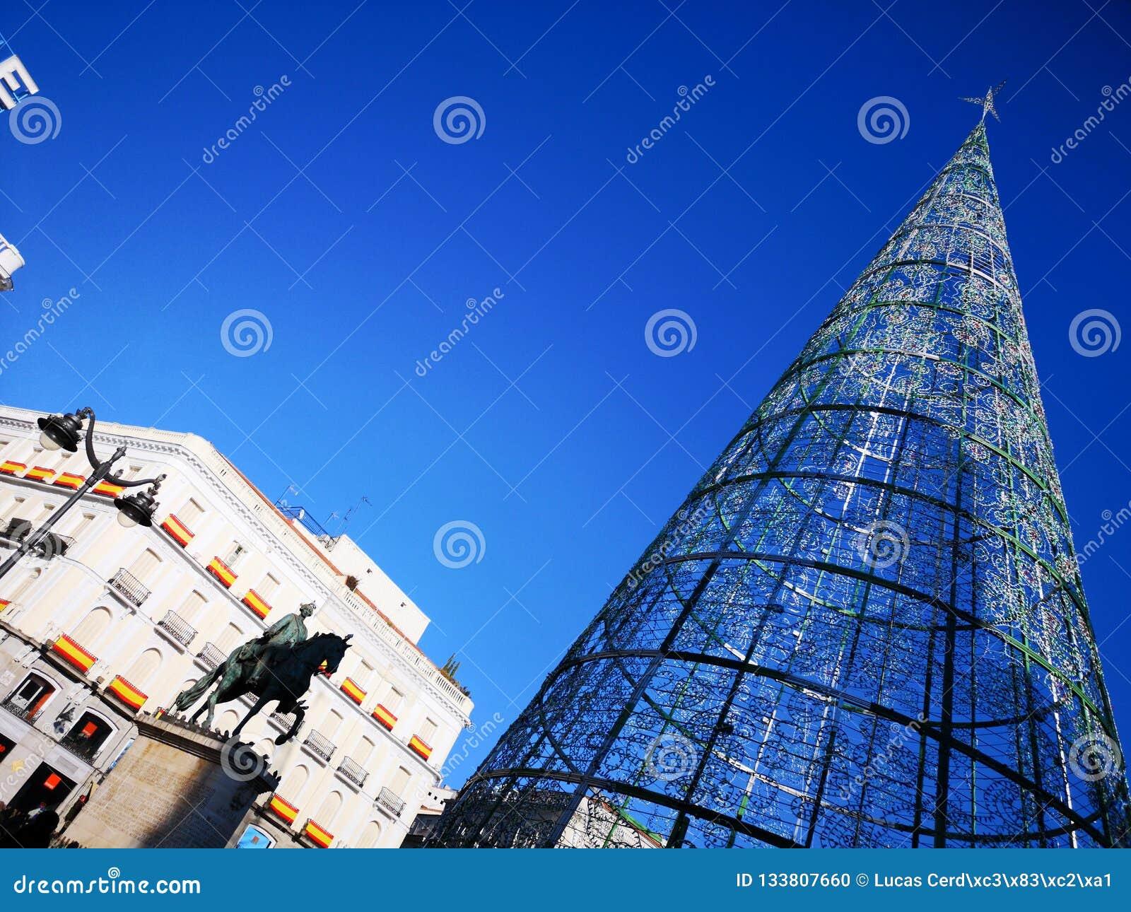 Julgran- och Carlos III staty i den Puerta del Sol fyrkanten i Madrid, Spanien