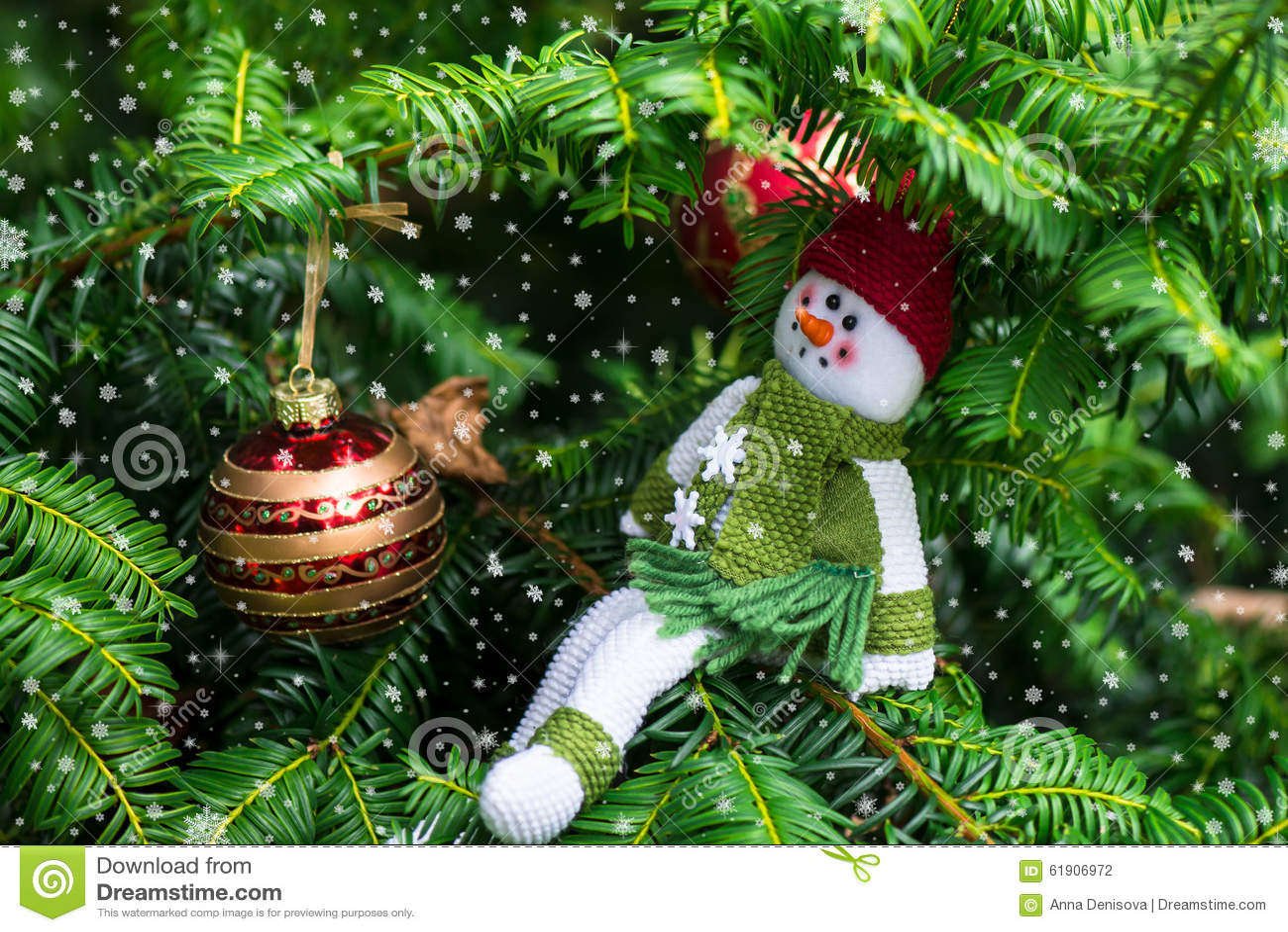 Julgran och en snögubbe i Red Hat och den gröna halsduken