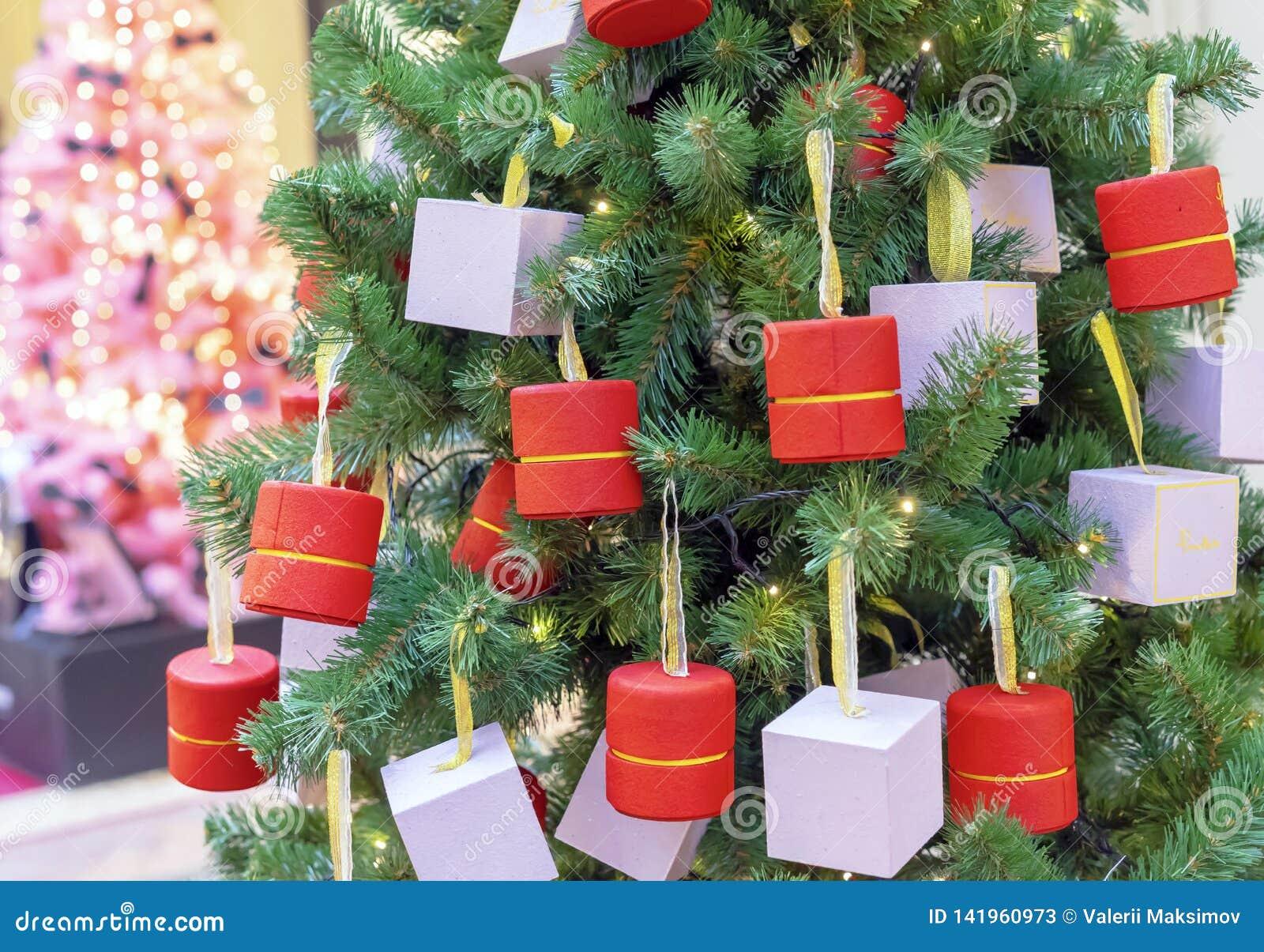 Julgranen dekoreras med olika gåvor i små askar
