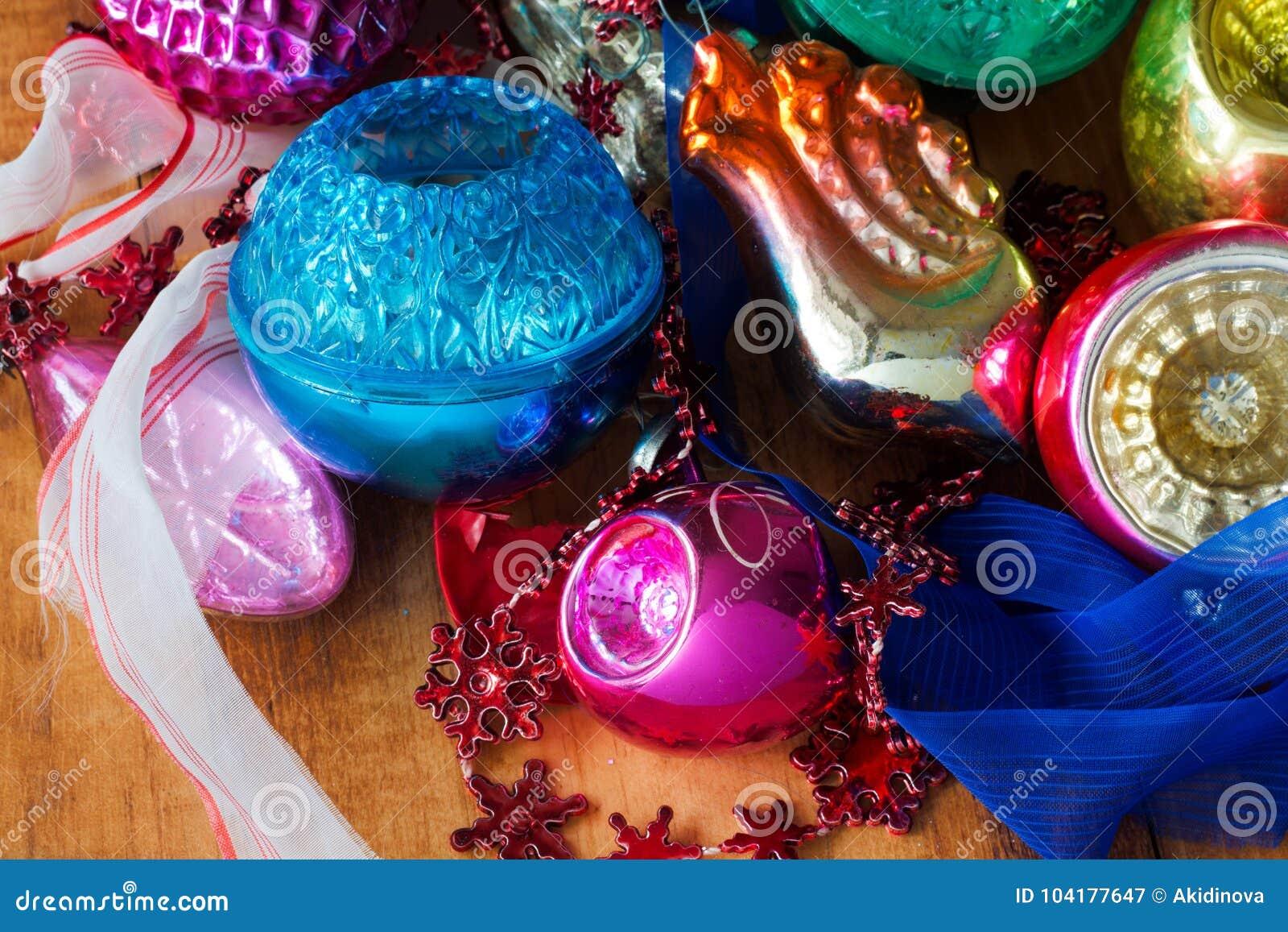 Julgrangarneringstruntsaker, leksaker och färgrika prydnader retro stil