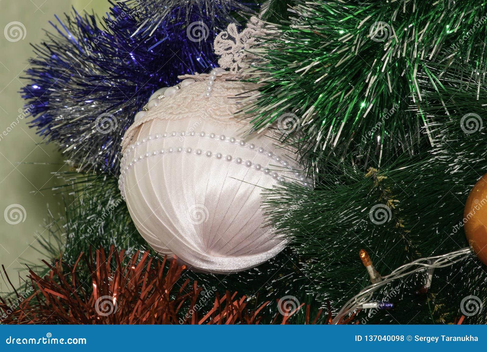 Julgranleksak som hänger på trädet