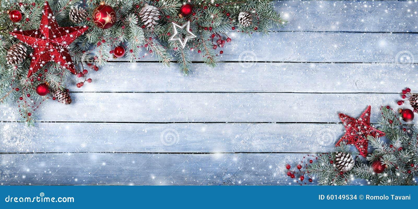 Julgranträd på träbakgrund