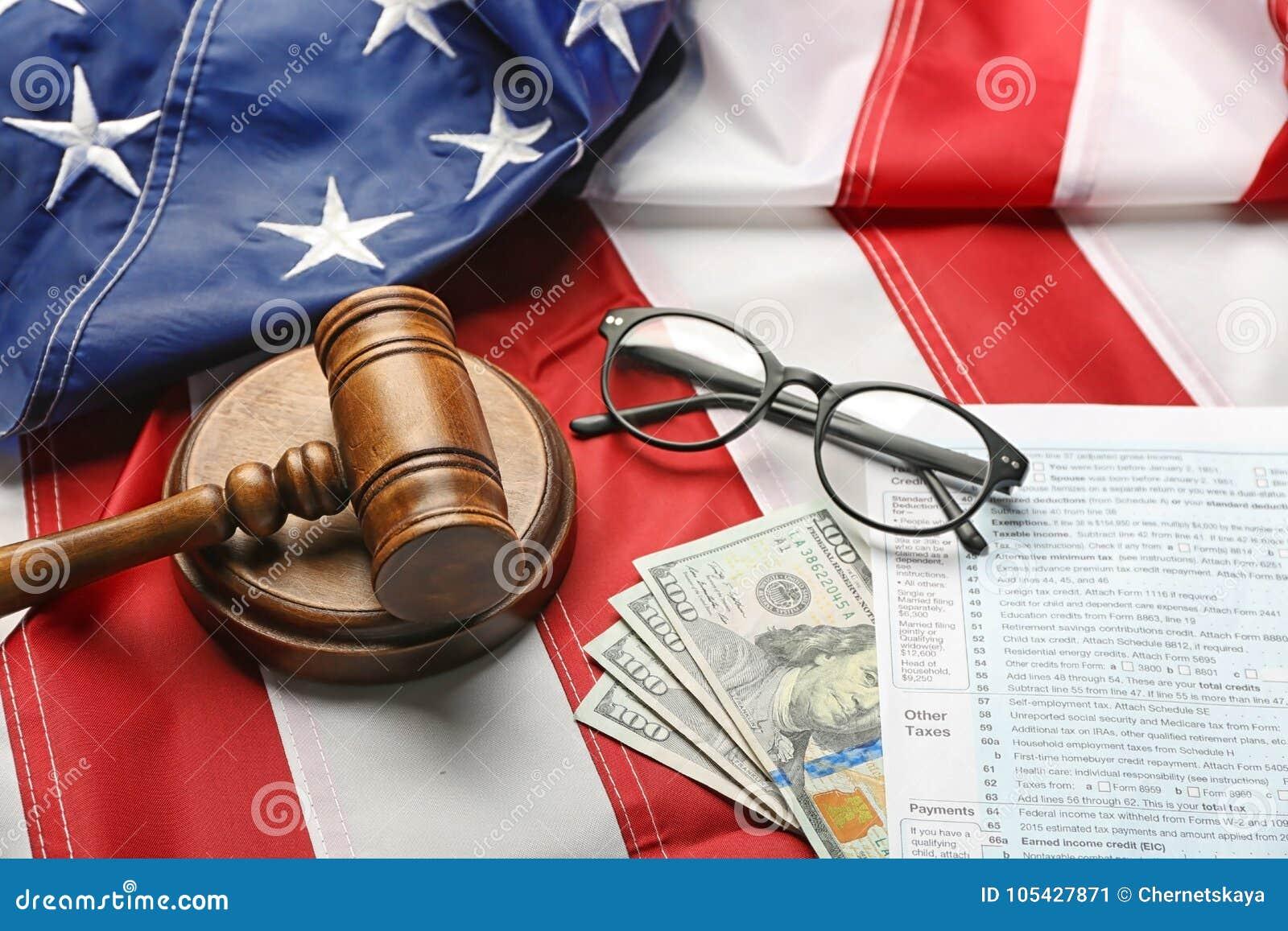 Julgue o martelo, os monóculos, o dinheiro e os formulários de imposto