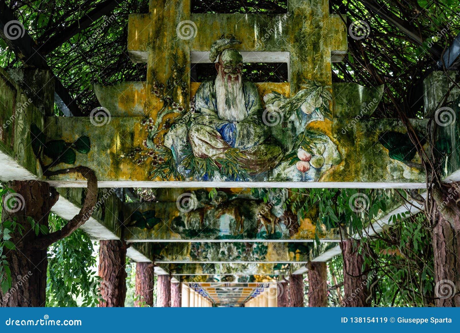 """Juli 2017 †""""Kaiping, China †""""behandelde overwelfde galerij in complexe de tuin van Li van Kaiping Diaolou"""