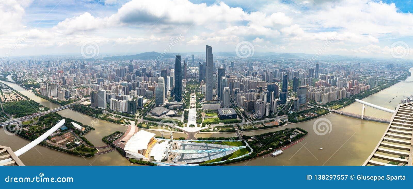 Juli 2017 —Guangzhou, Kina —panoramautsikt av området Guangzhou för central affär och av Pearlet River