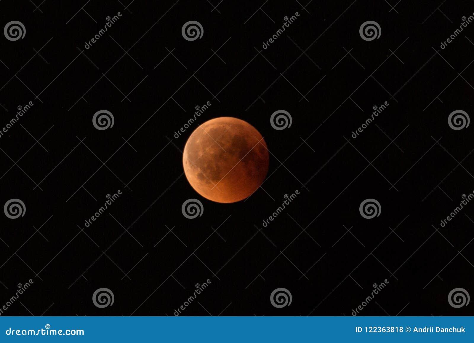 Juli 27, 2018 är den längsta månförmörkelsen av århundradet Månen är målad röd-brunt på grund av skuggan av
