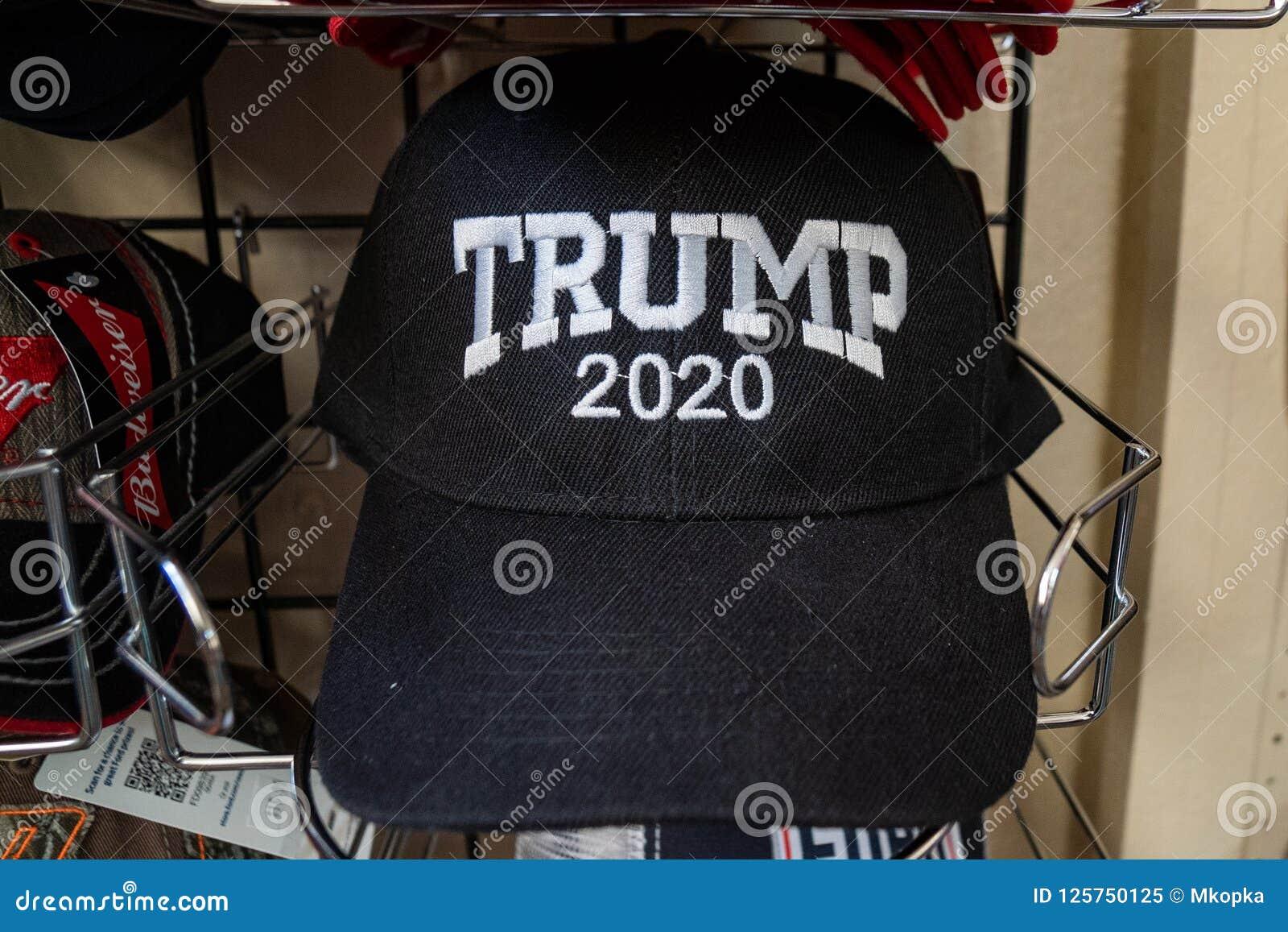 JULI 3 2018 - HOLBROOK ARIZONA: Omvalhatt 2020 för president som Donald Trump är till salu i en presentaffär