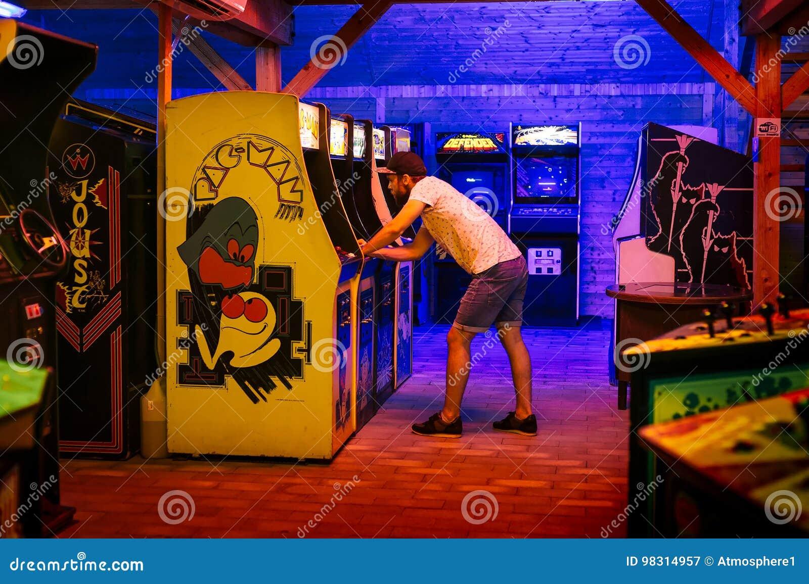 25 juli, 2017 - Praag, Tsjechische Republiek: De jonge mens met GLB speelt ongeduldig een oude Mens II van Pac van het arcadevide