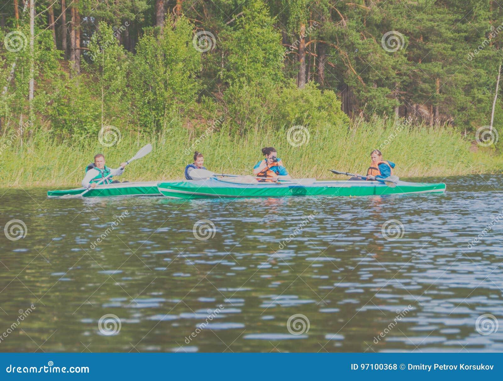 Juli 15, 2017 Ryssland, den Vuoksi floden, Losevo - en grupp av peop