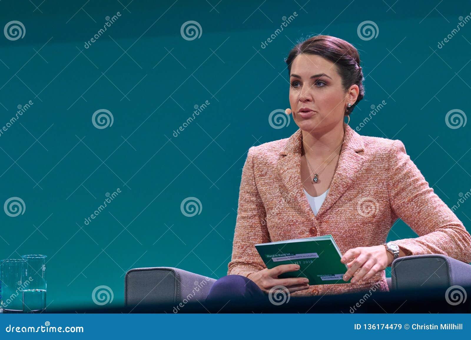 Julia Bauer - Duitse Moderator