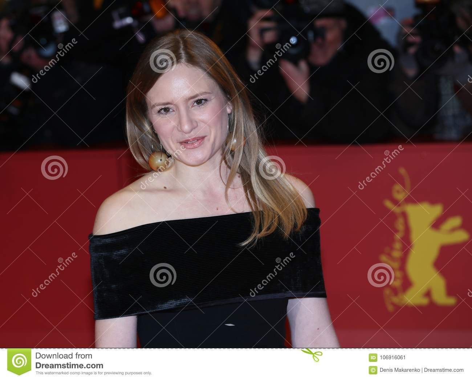 Julia Jentsch pozy na czerwonym chodniku