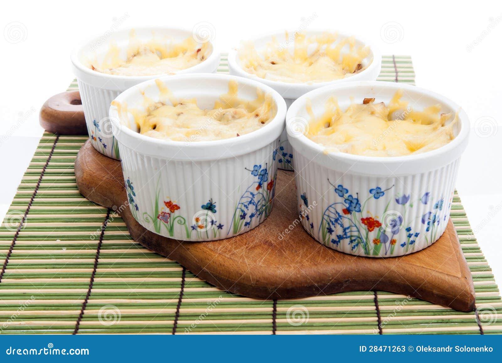 Julienne при курица и грибы покрытые с много сыром
