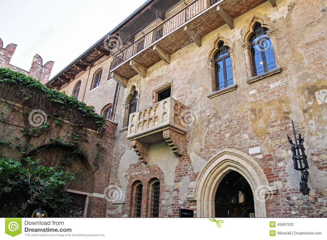 Juliet balcony in verona italy stock photo image 45997532 for Famous balcony