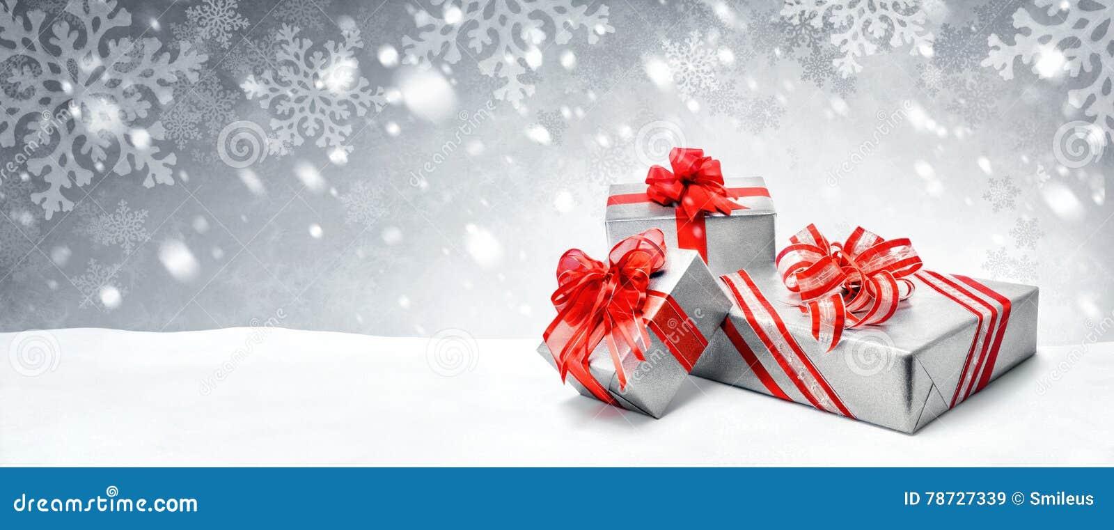 Julklappar på snöbakgrund