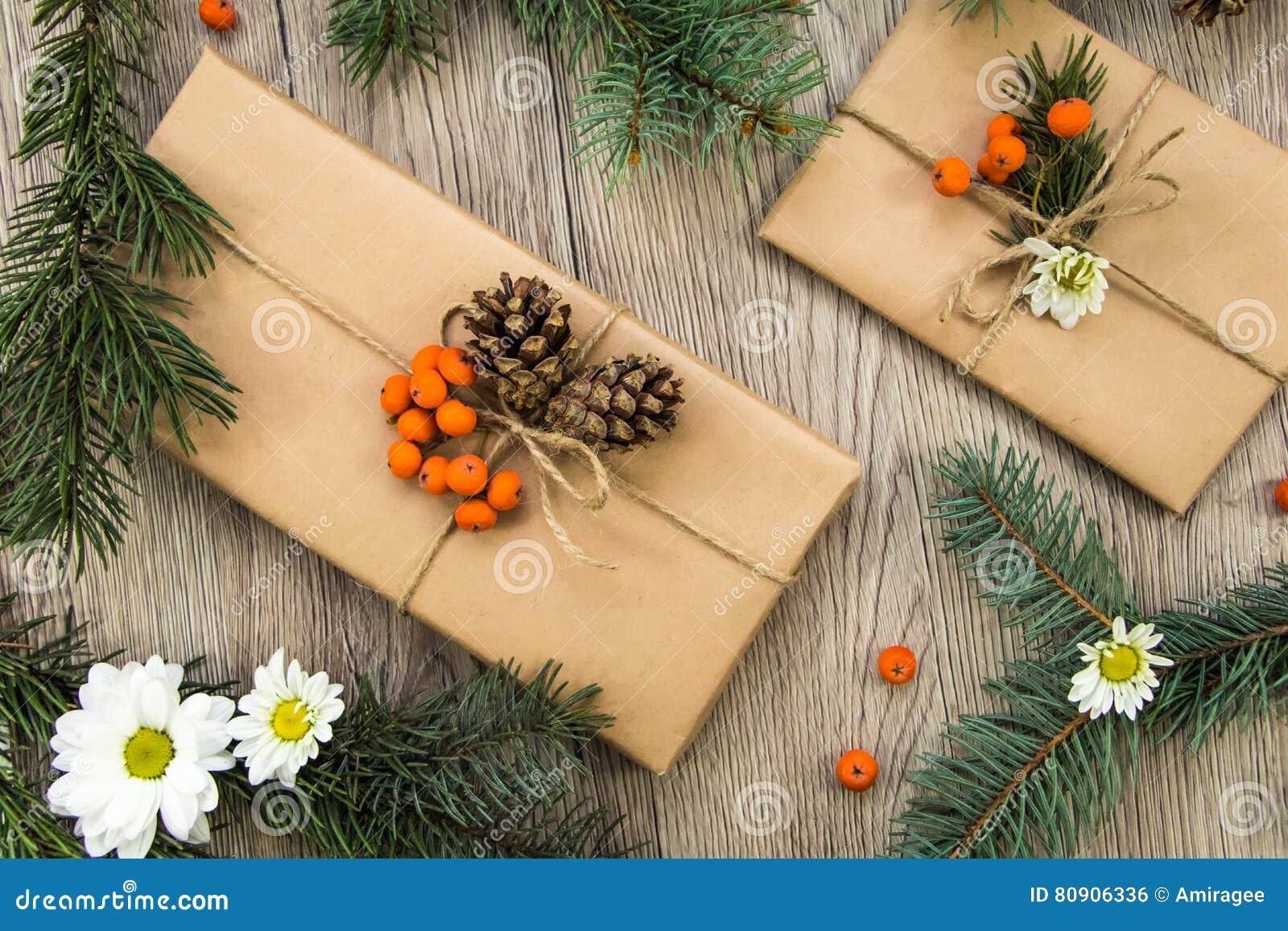 Julklappar som slås in i kraft papper med naturlig garnering Lekmanna- lägenhet, bästa sikt