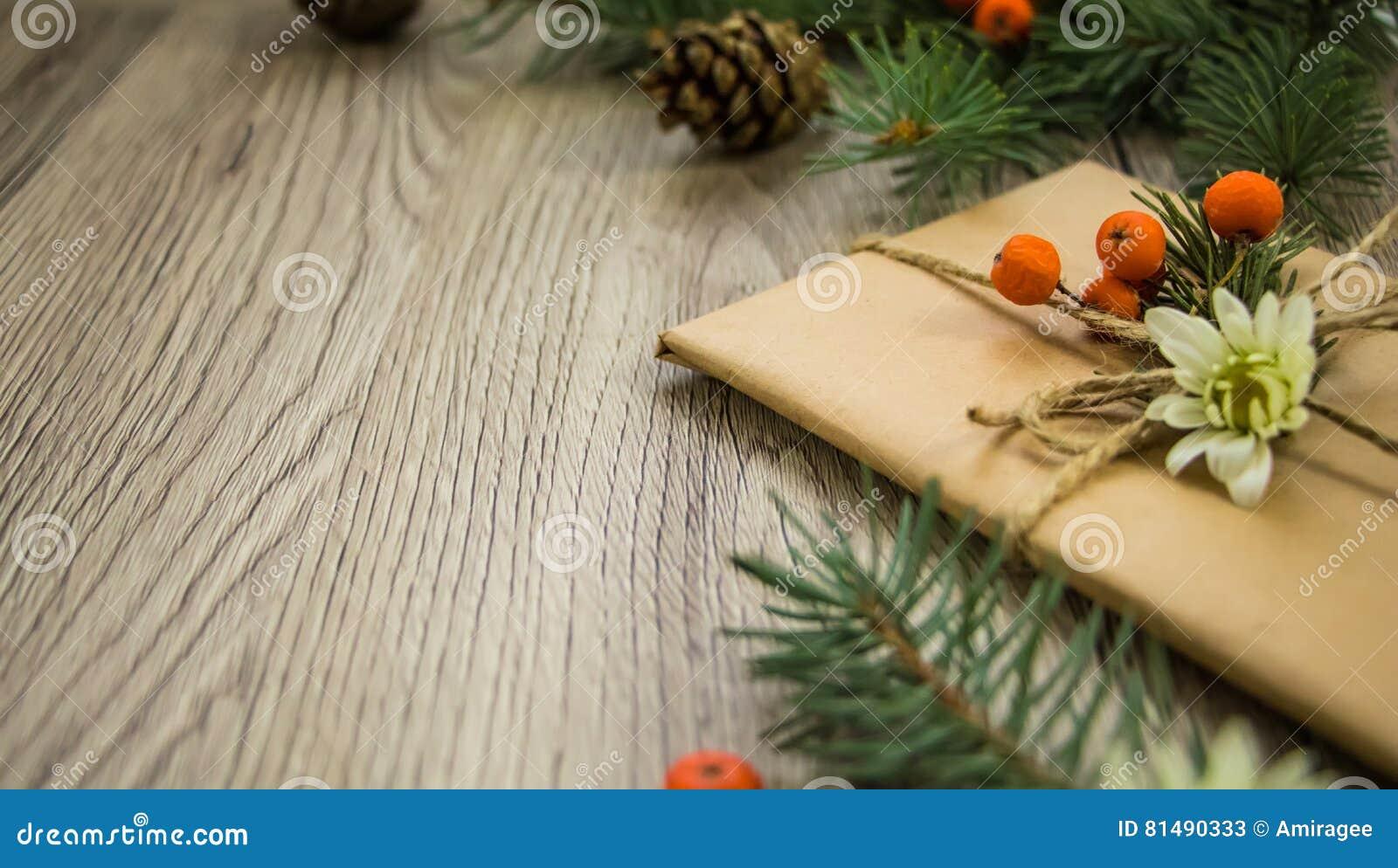 Julklappar som slås in i kraft papper med naturlig garnering Vinkelsikt