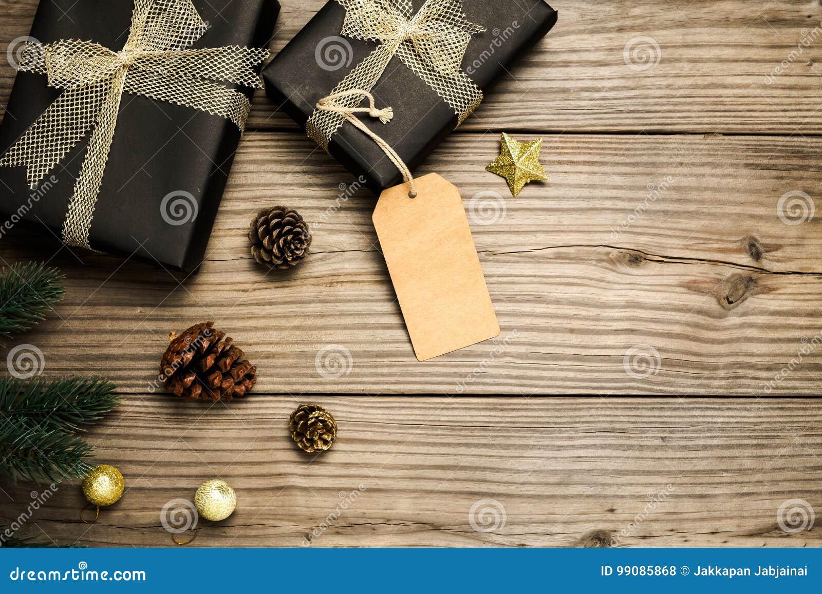 Julklappgåvaask och lantlig garnering på tappningträbakgrund