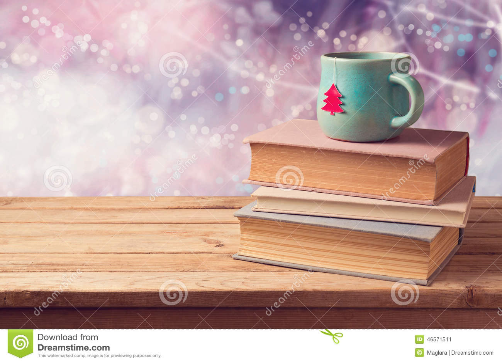 Julkopp te- och tappningböcker på trätabellen över härlig vinterbokehbakgrund med kopieringsutrymme