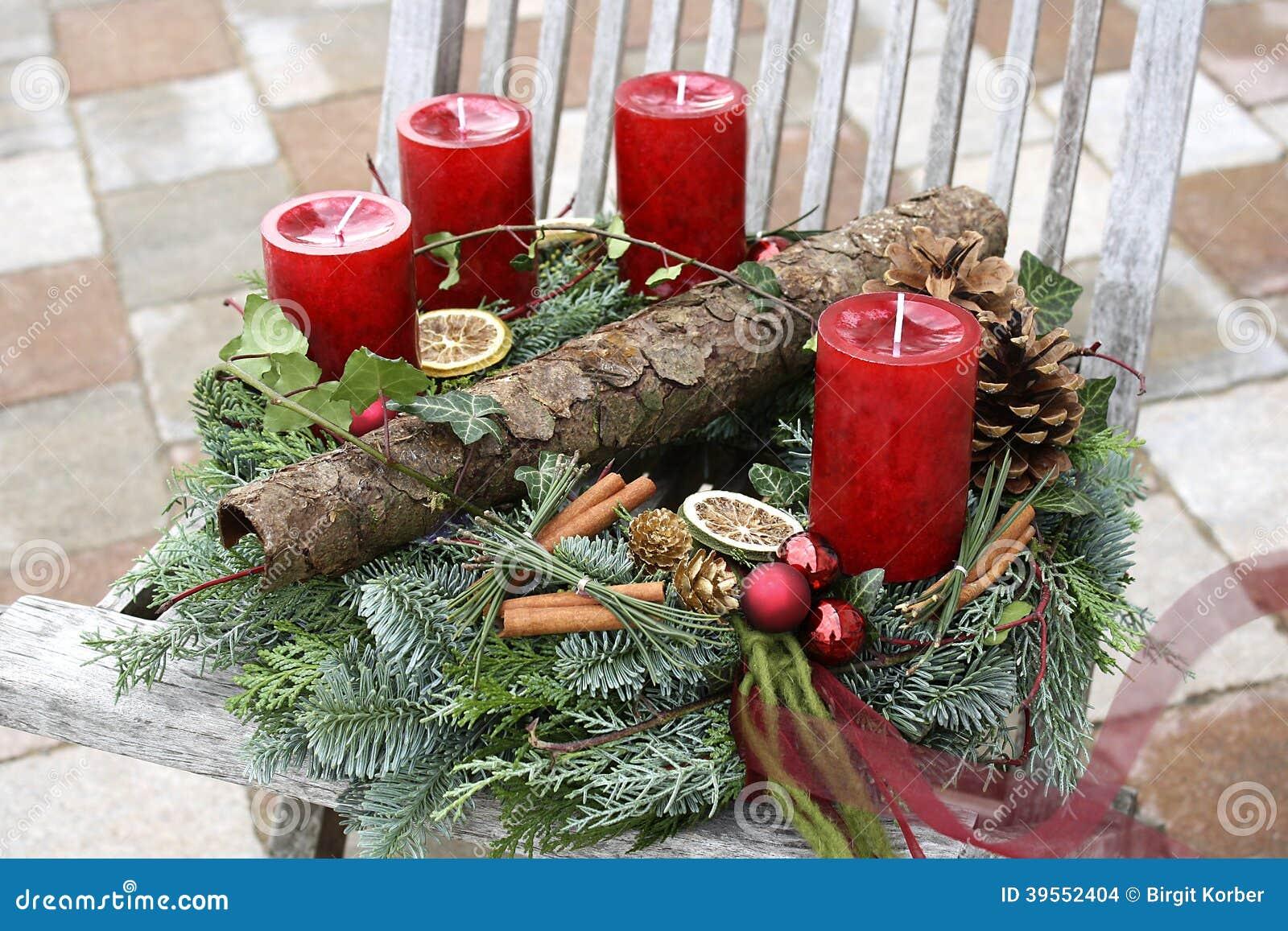 Julkrans med röda stearinljus