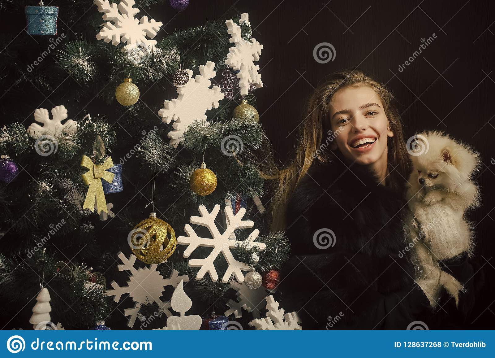 Julkvinna med den lyckliga framsidan och husdjur