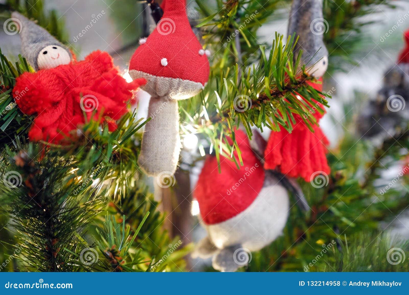 Julleksaker som hänger på filialerna, under julgrangåvorna för Girlander bränner
