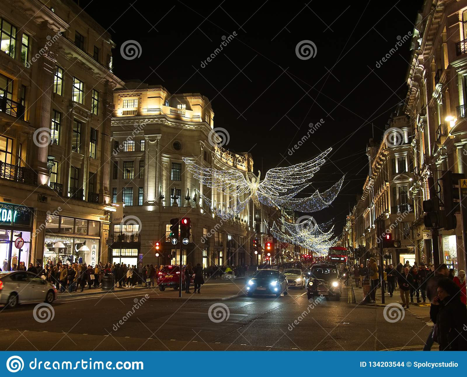 Julljus och garnering på den härskande gatan i London, England