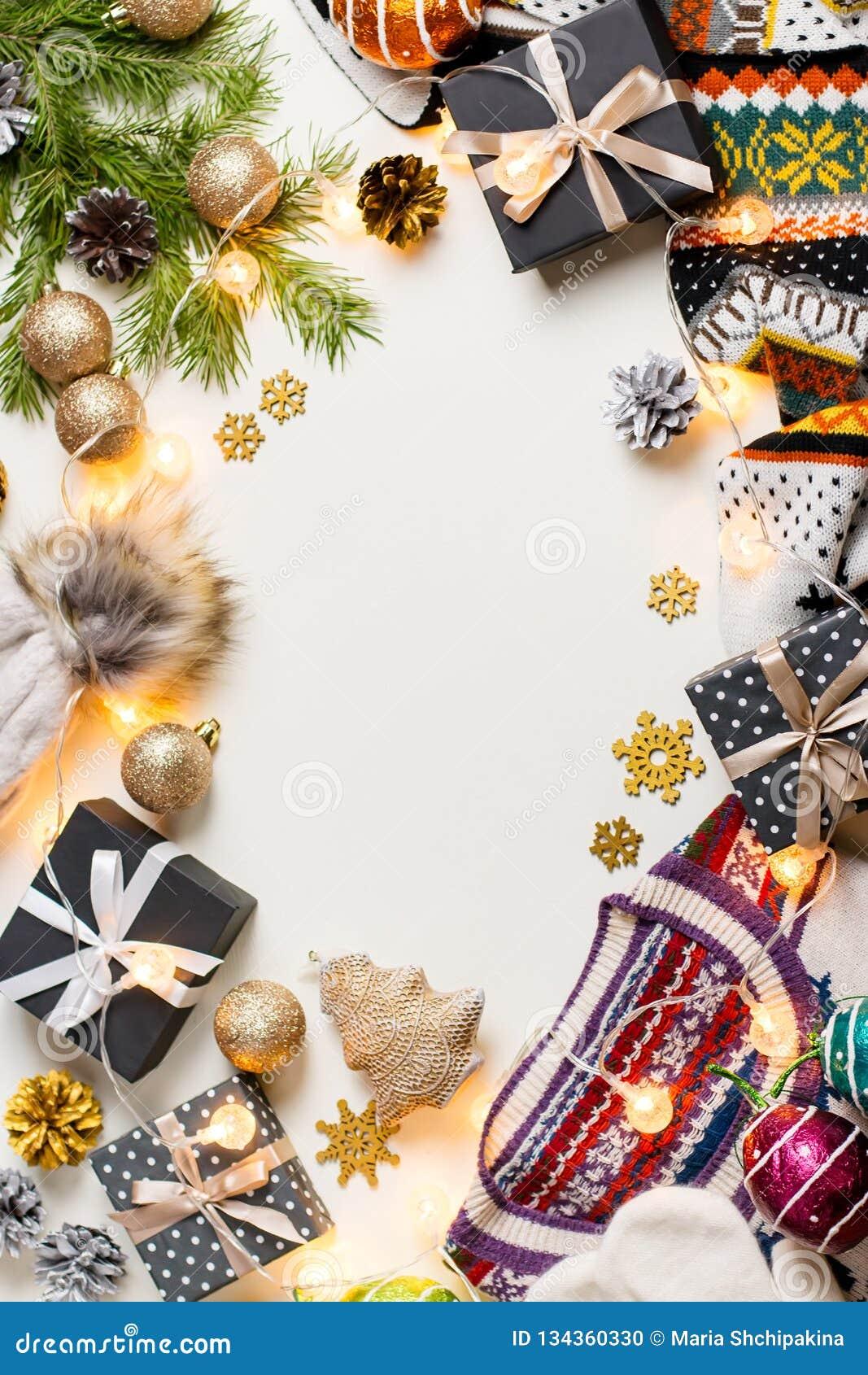 Jullynnesammansättning med jul tröja, hatt, gåvor och ljus Vinterbegreppslägenheten lägger, den bästa sikten