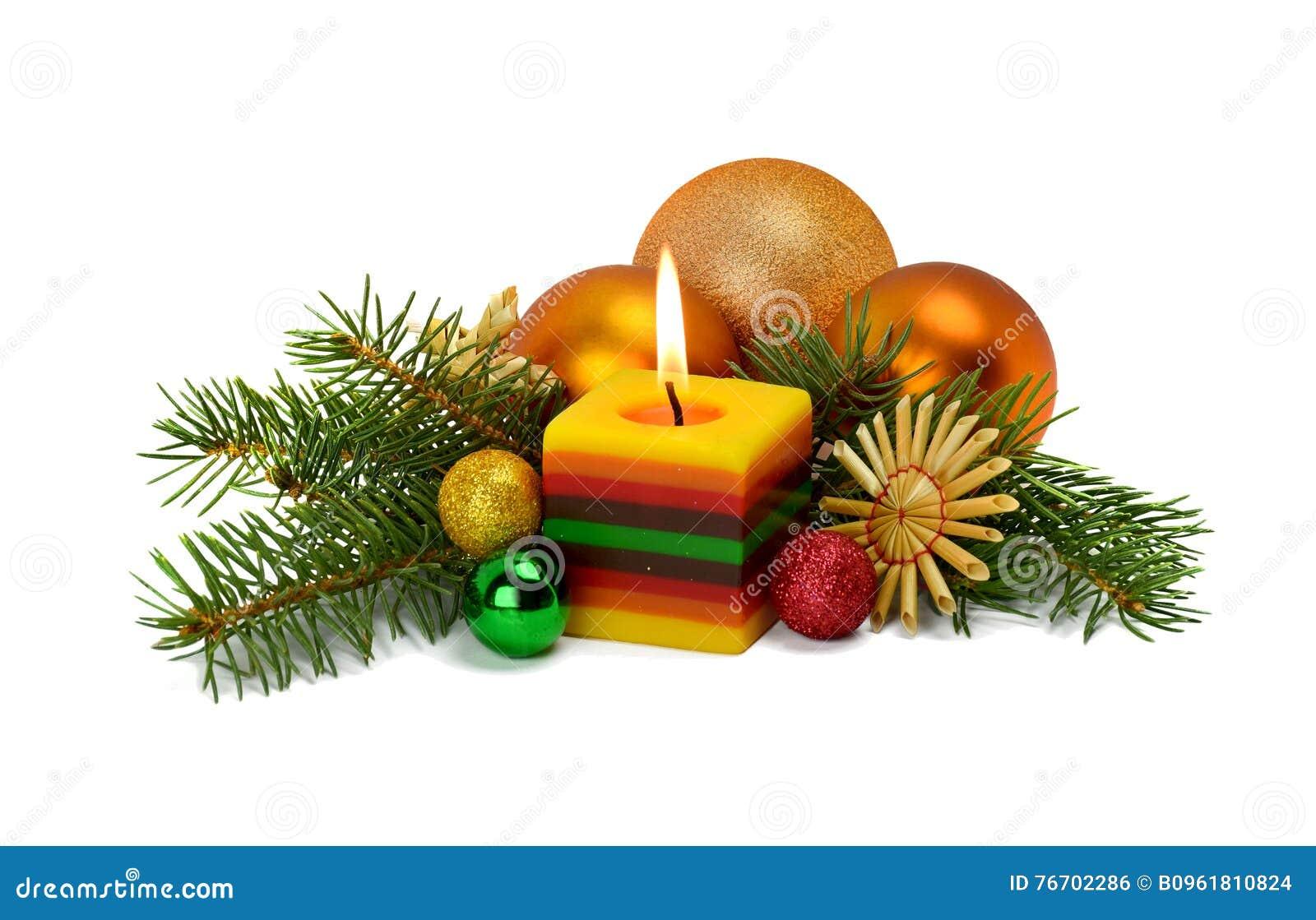 Julordning i en lantlig stil med prydnader som göras av s