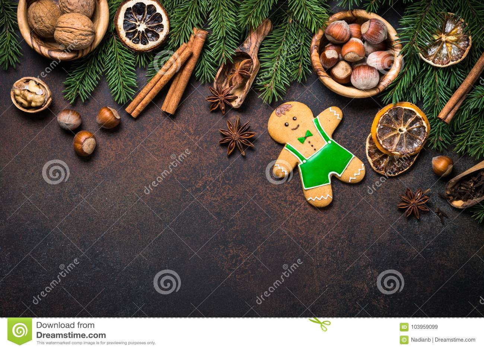 Julpepparkakaman med kryddor och muttrar
