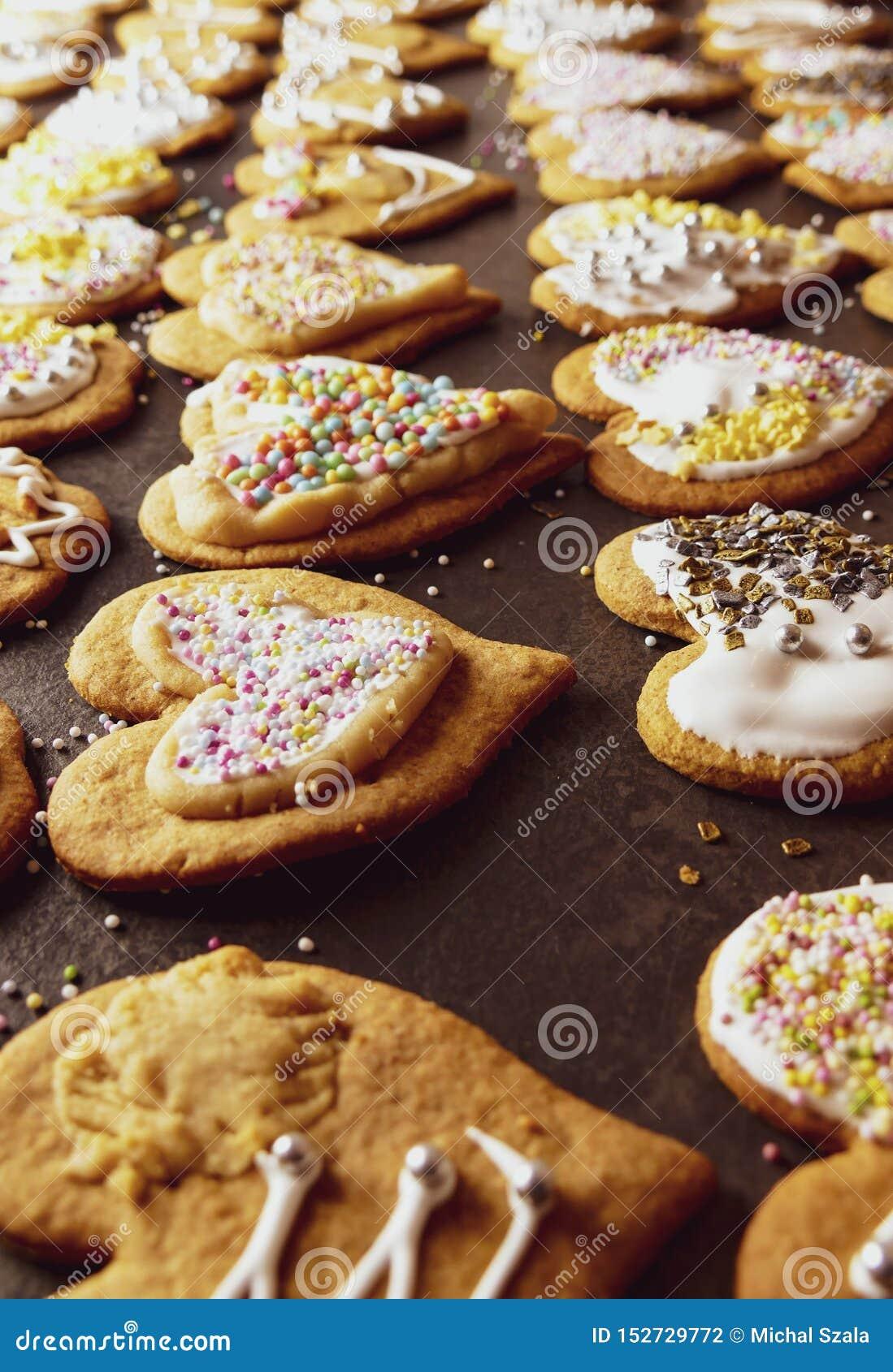 Julpepparkakor med glasyr på kaka och garneringar