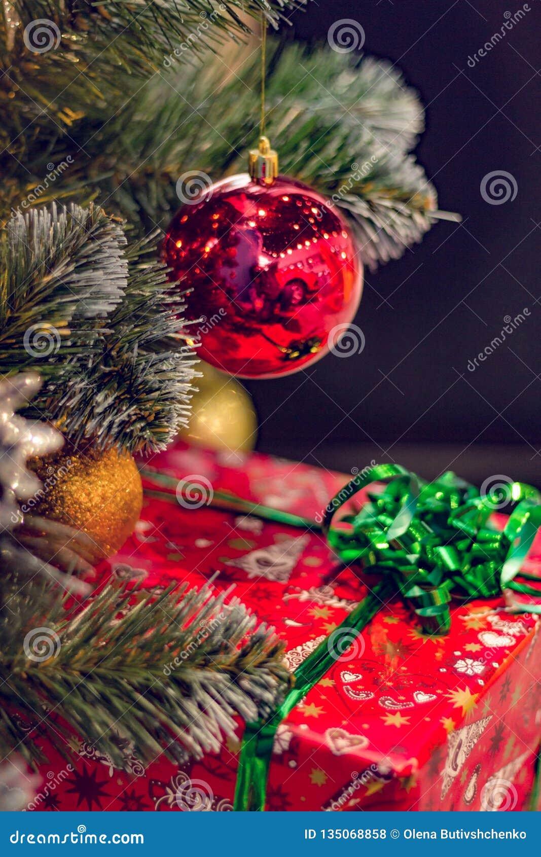 Julpynt och gåvor Gåvaask i en stor röd ask med en pilbåge