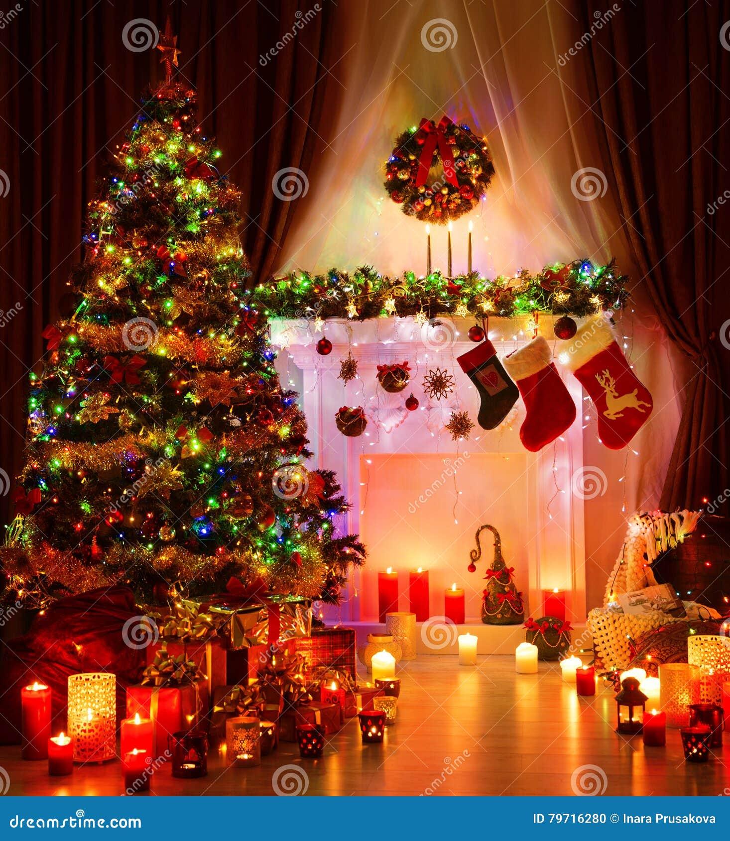 Julrum och tända Xmas-trädet, magisk inre spis