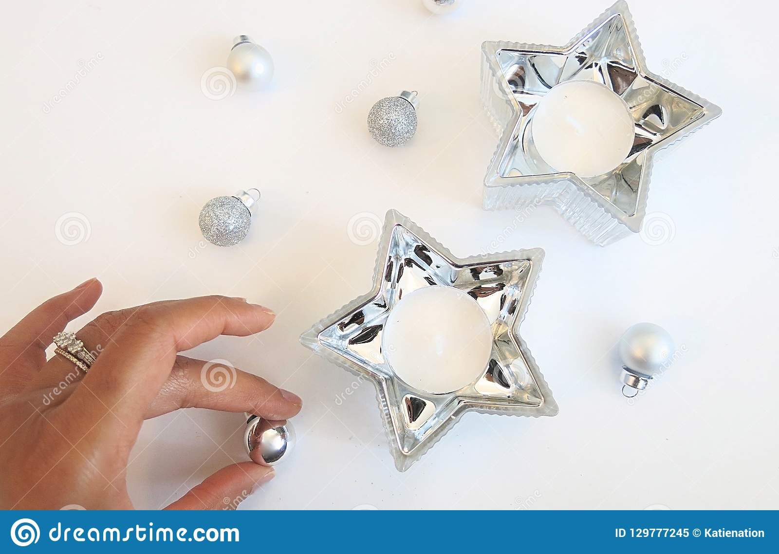 Julsammansättning av silverprydnader och garnering för silverstjärnastearinljus