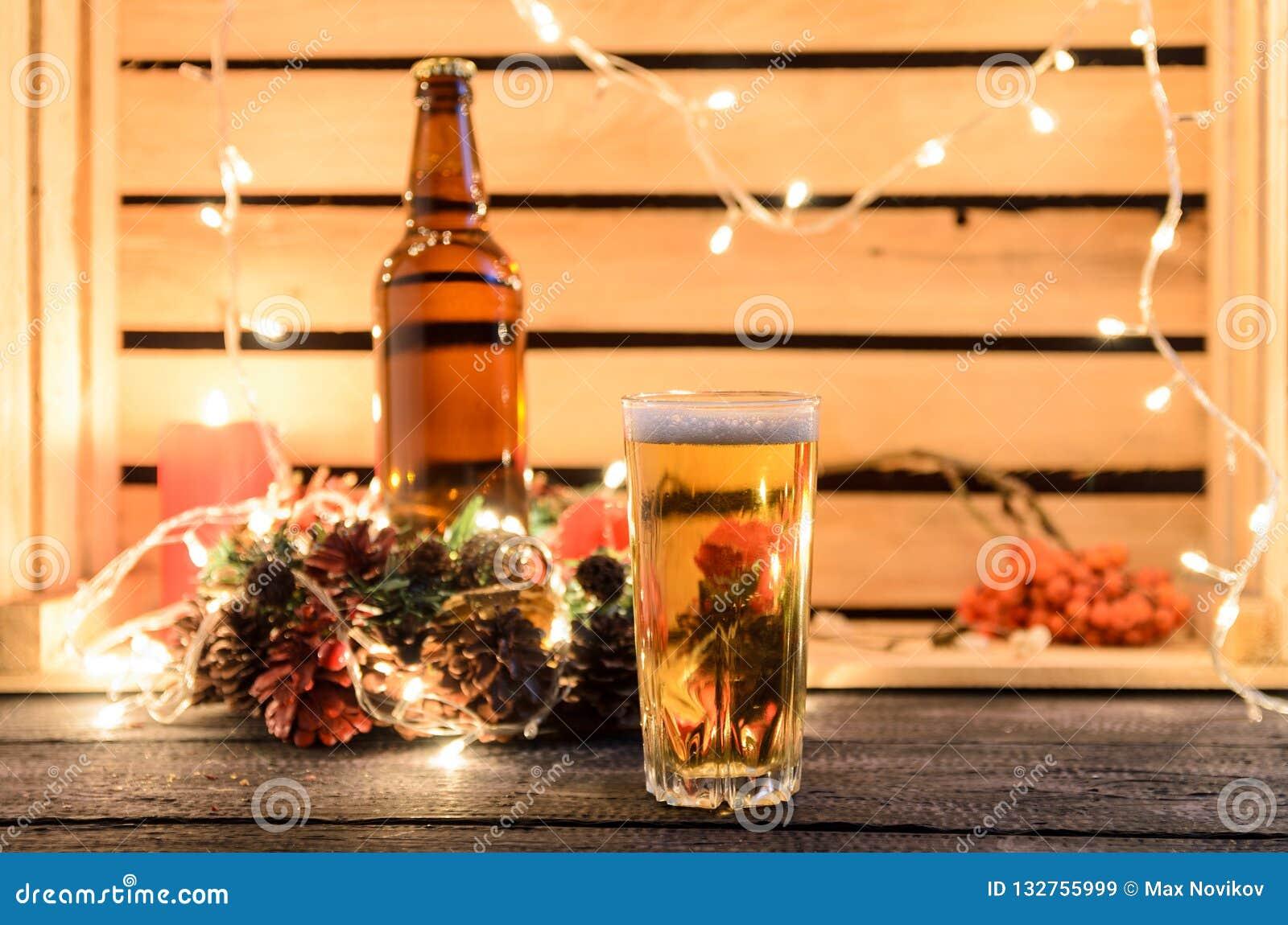 Julsammansättning med ett exponeringsglas av öl