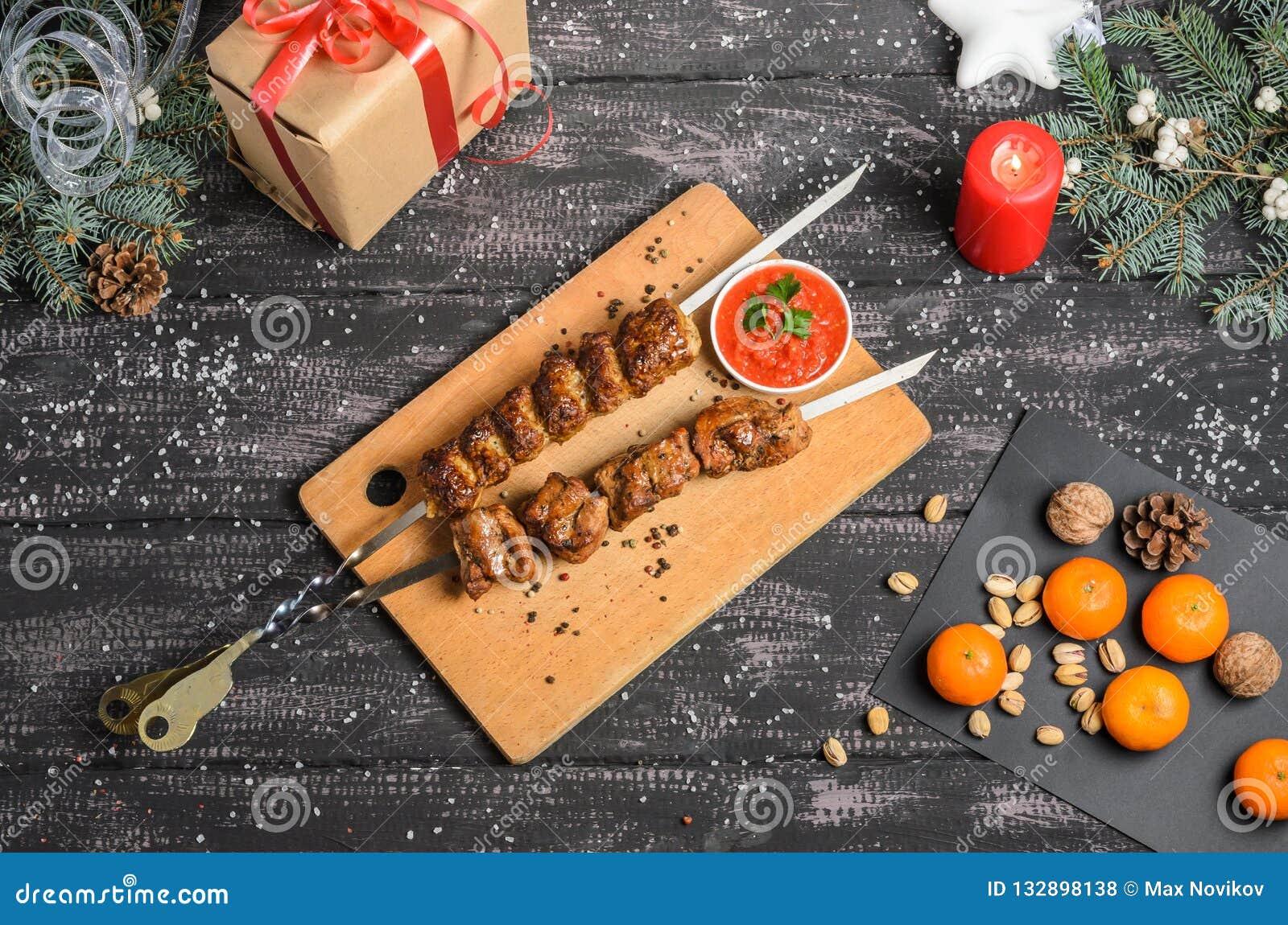 Julsammansättning med kebab på trätabellen